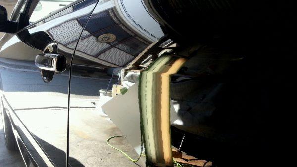 プジョー 左ドアのすぐ後ろ プレスライン下に約1センチ程のヘコミ