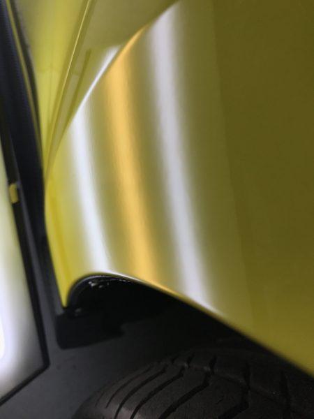 スイフトスポーツ 右フロントフェンダーに出来た凹みをデントリペアで修復