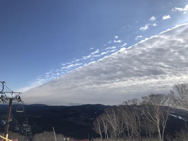 空が雲と青空で二分割になった変わった空を見ましたー(^^)